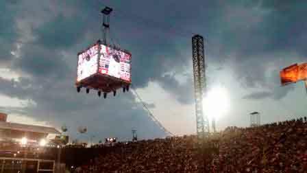 Público lotou arquibancada do Estádio de Rodeio para acompanhar as disputas finais do Barretos International Rodeo (Foto: L. Joaquim)