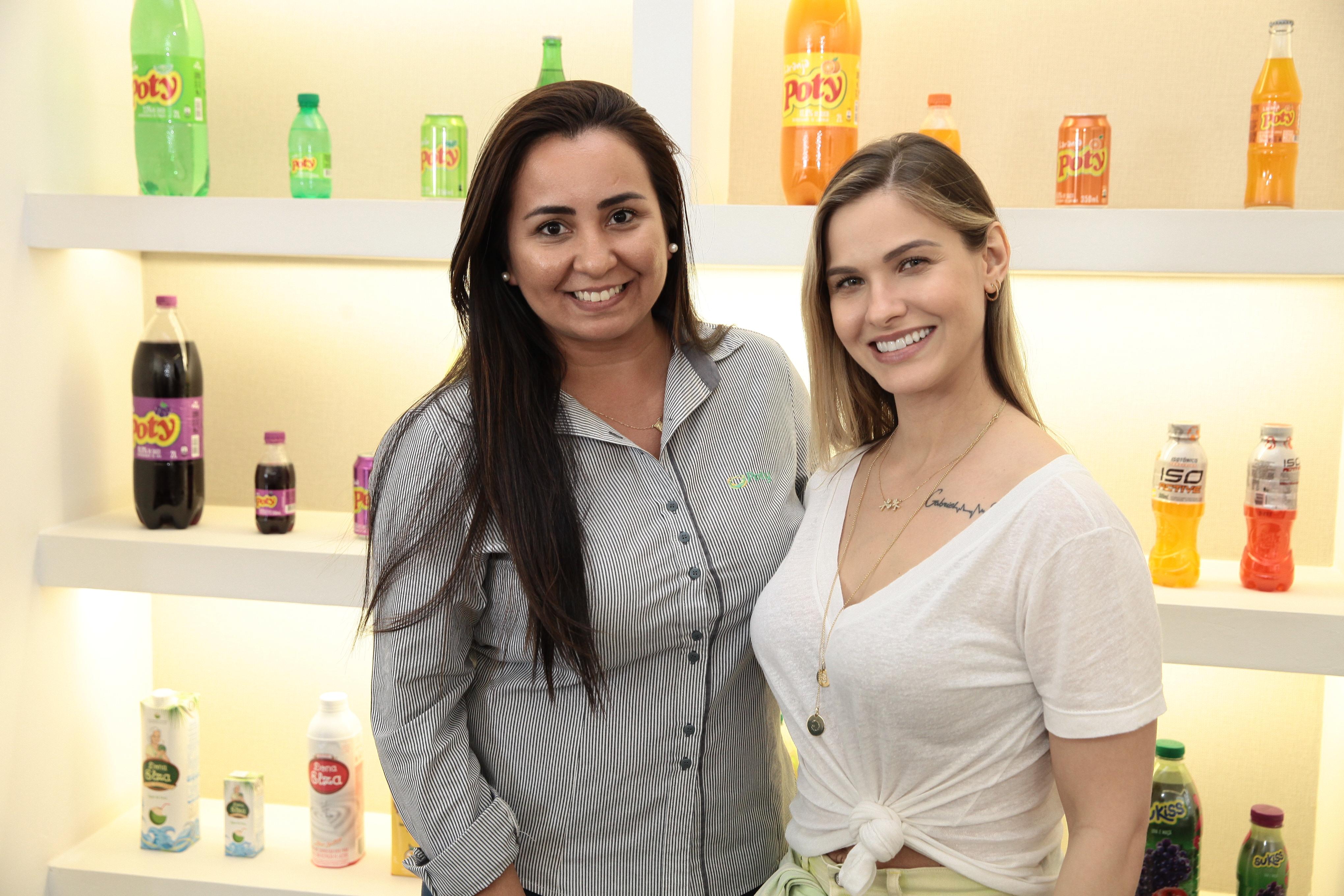 Ana Luiza Siqueira Bueno, gerente de marketing da Poty e Andressa Suita –   Foto Arnaldo Mussi bb7f3478aa